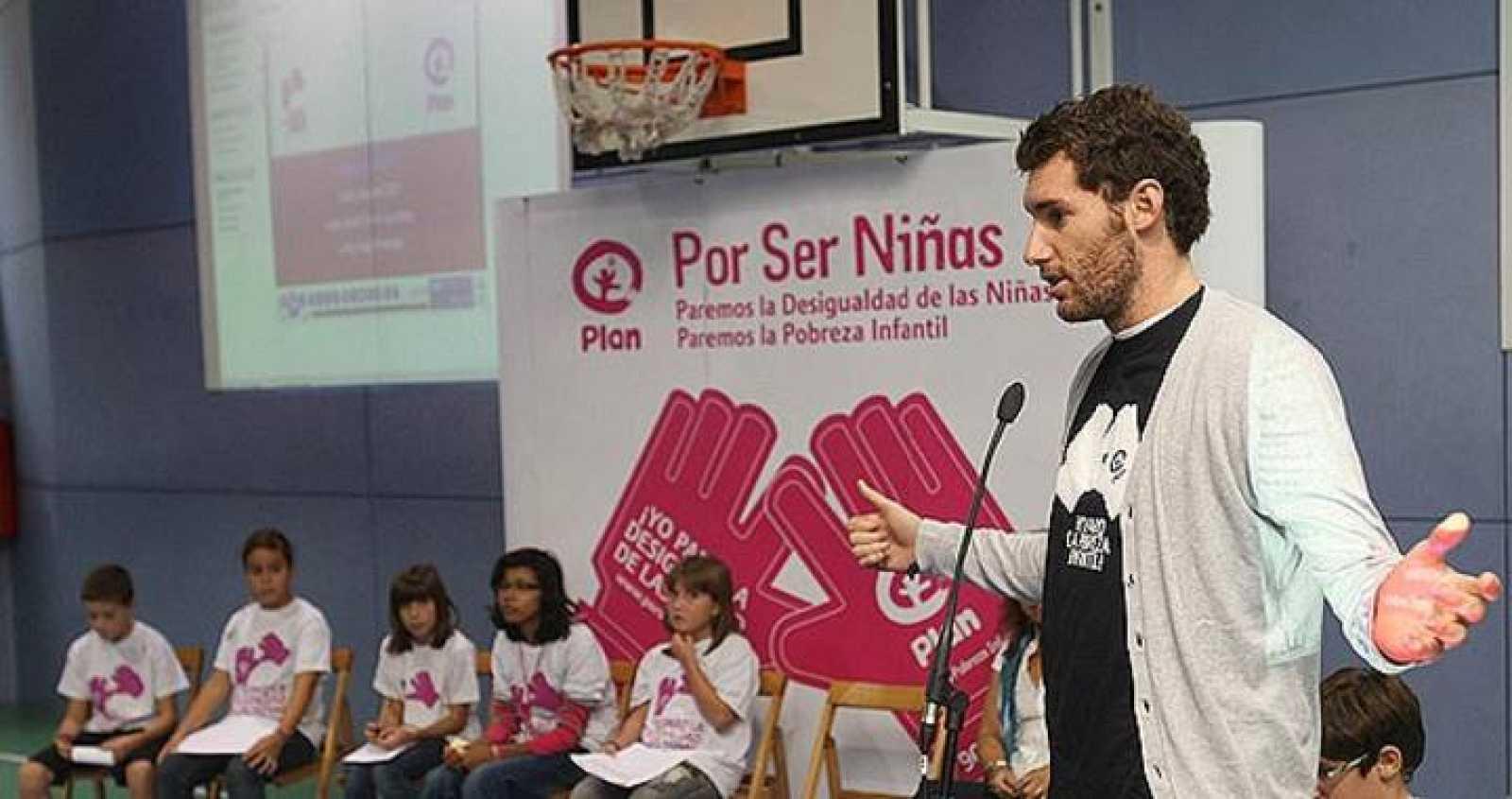 """El jugador de la selección española y de la NBA Rudy Fernández, durante su presentación como embajador de la ONG """" PLAN""""."""