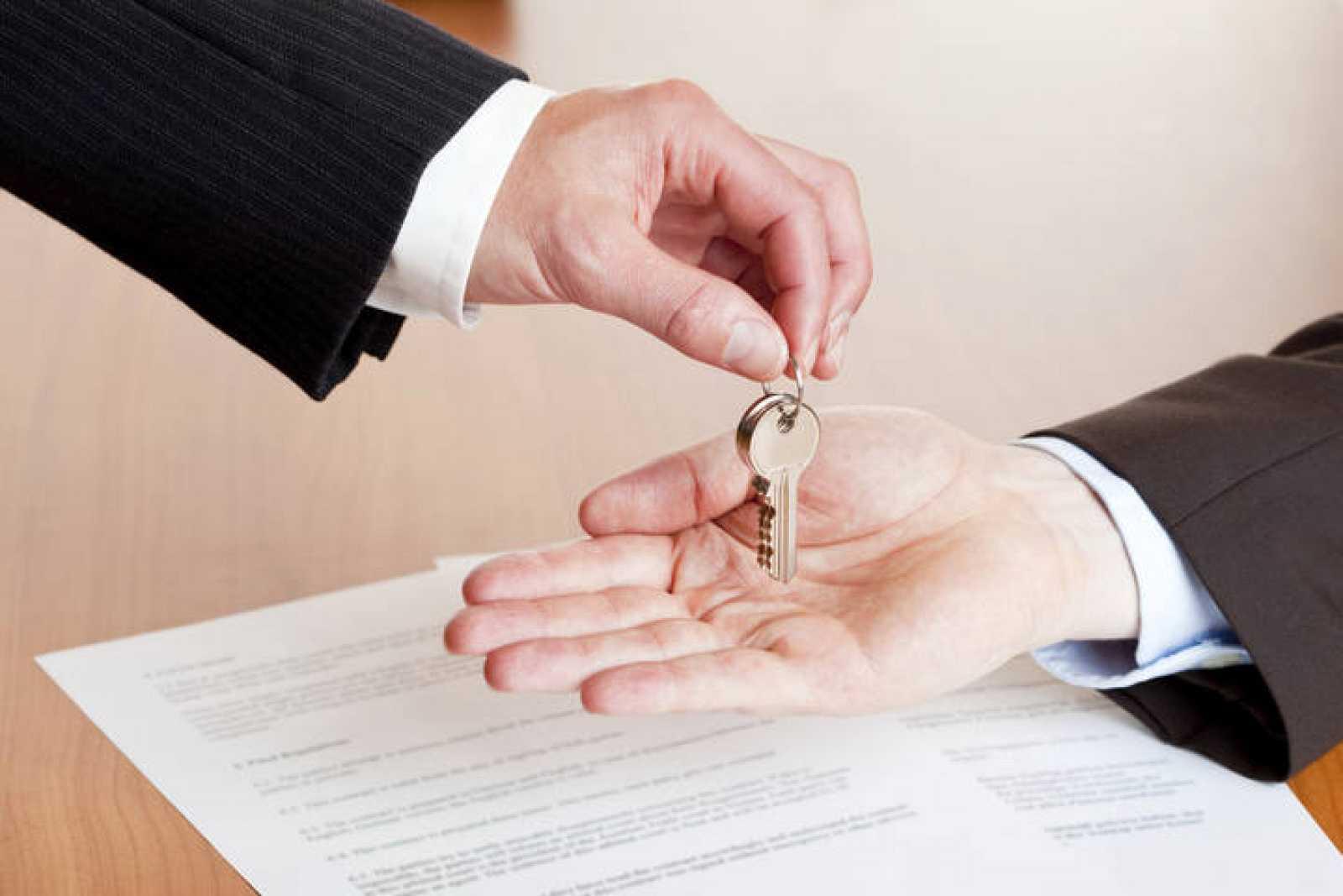 Una entrega de llaves tras la firma de una hipoteca