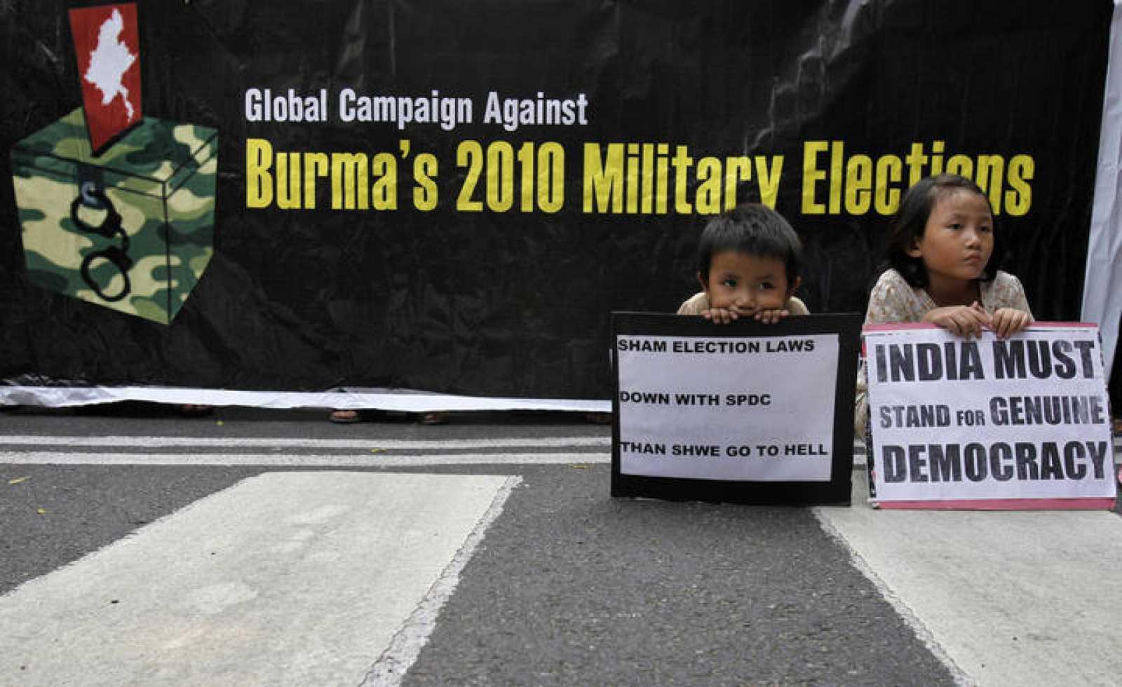 Dos niños durante una protesta contra el proceso electoral en Birmania