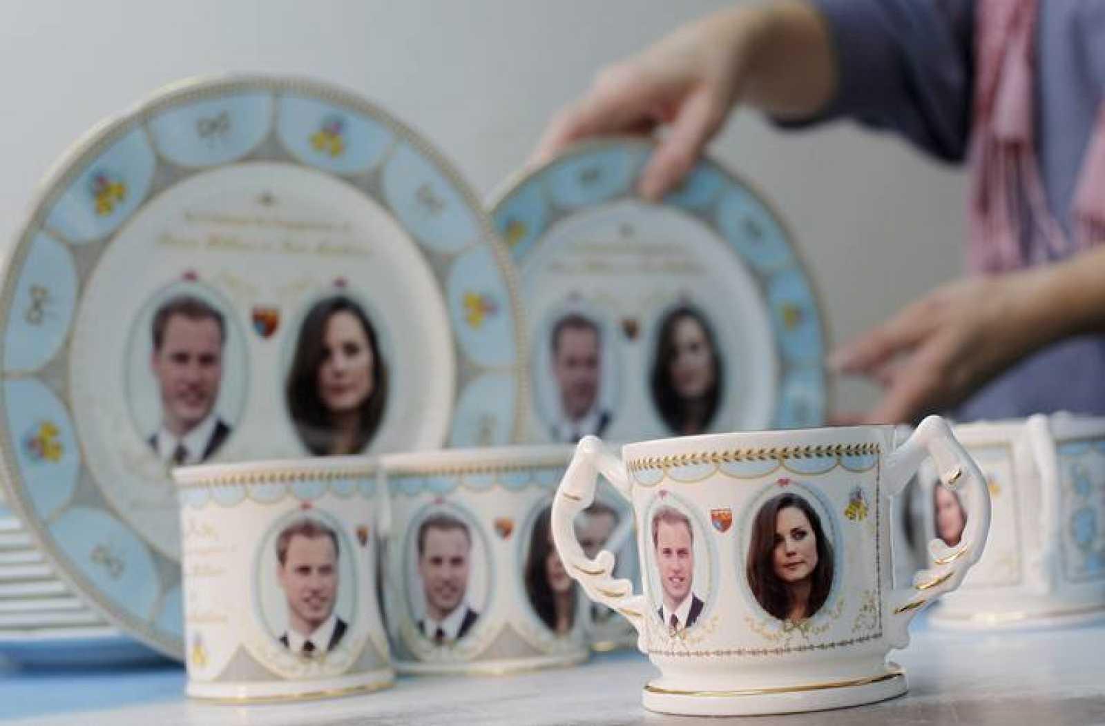 Los comercios británicos ya han comenzado a vender souvenirs del enlace entre el príncipe Guillermo y Kate.