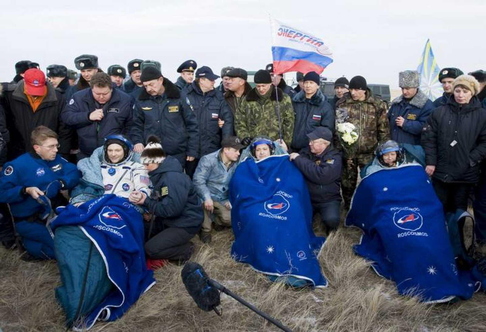 El ruso Fiódor Yurchijin (centro), y los estadounidenses Douglas Wheelock (izda) y Shannon Walker (dcha), son recibidos tras aterrizar cerca de Arkalyk en Kazajistán