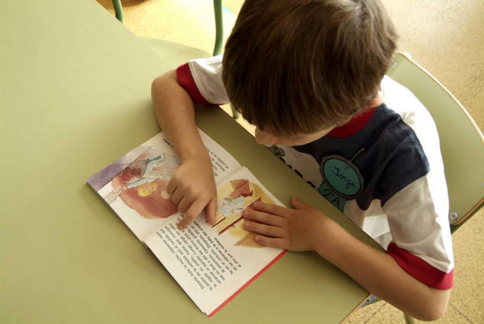 Un niño lee un cuento en un colegio de Madrid.