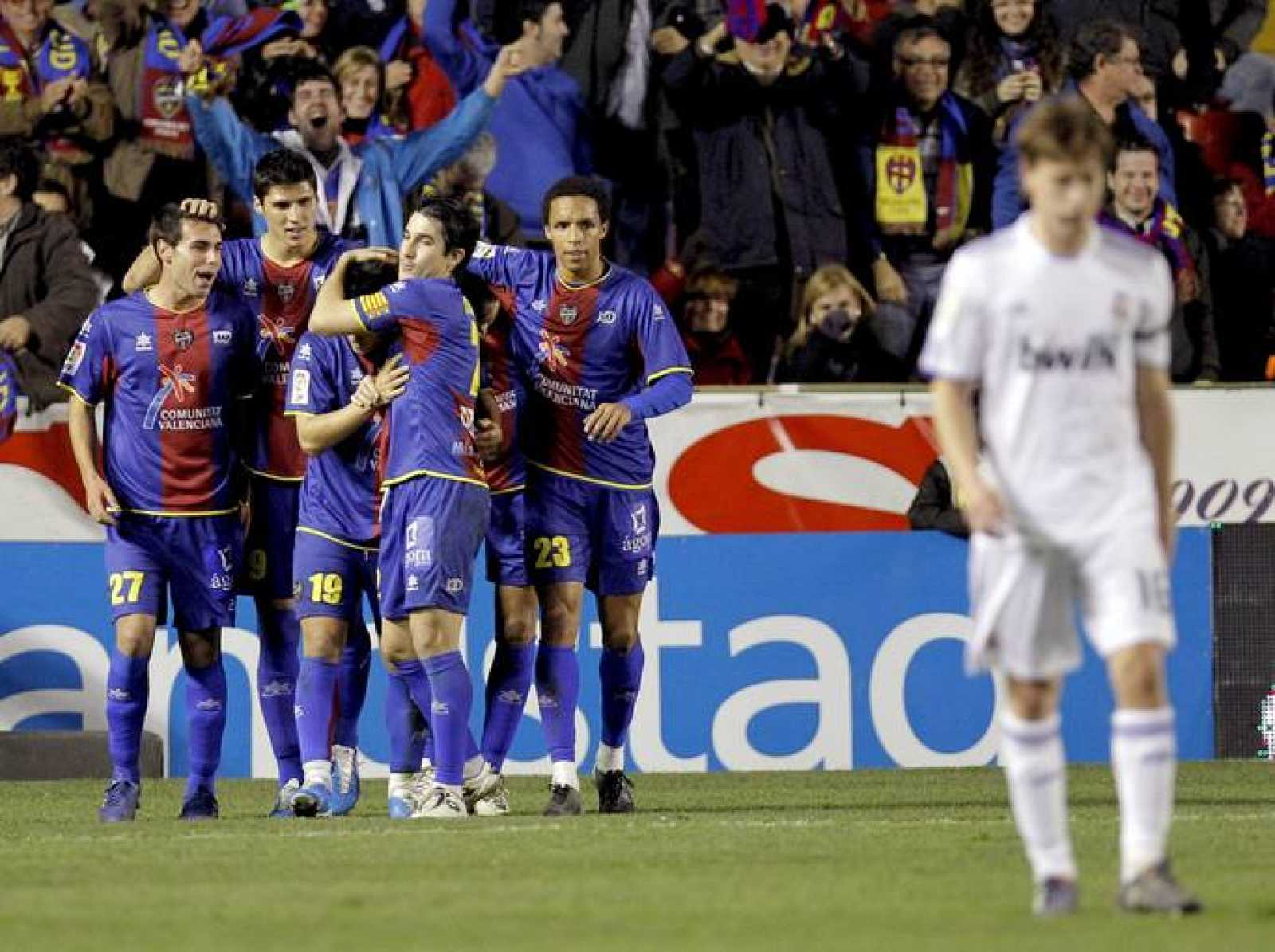 Los jugadores del Levante celebran el primer gol de la victoria 2-0 ante el Real Madrid.