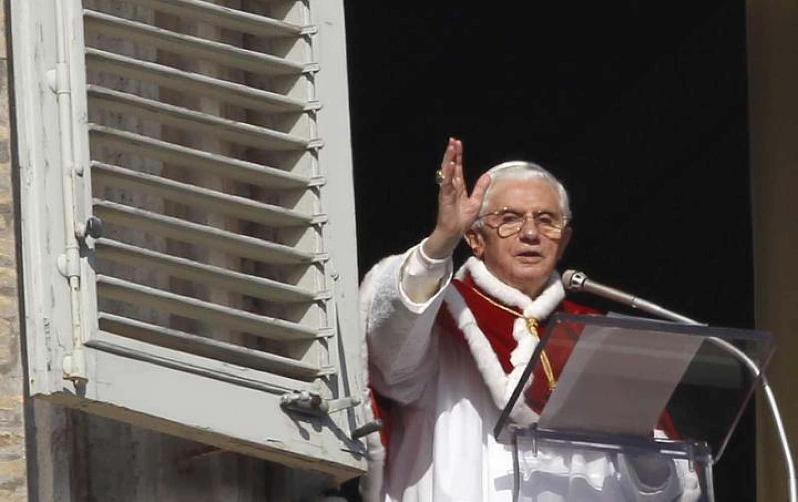 El Papa Benedicto XVI en la Plaza de San Pedro en el Vaticano