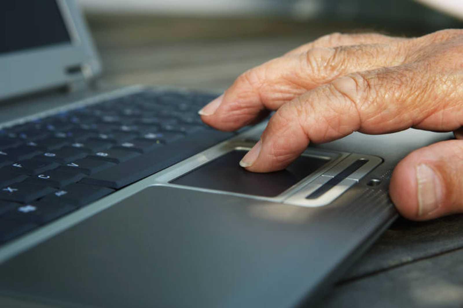 Los mayores están cada vez más 'enganchados' a Internet