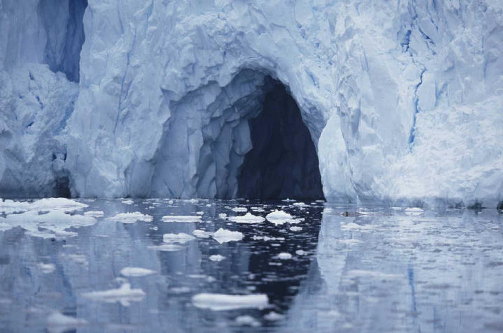 Una cueva en la Antártida
