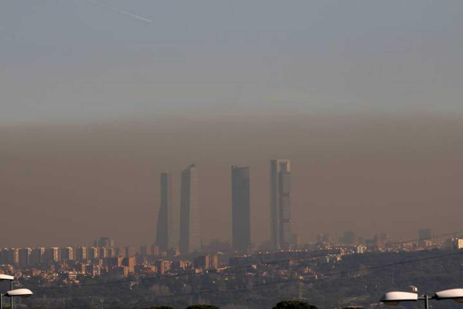 Imagen de archivo de la boina de contaminación en el cielo de Madrid
