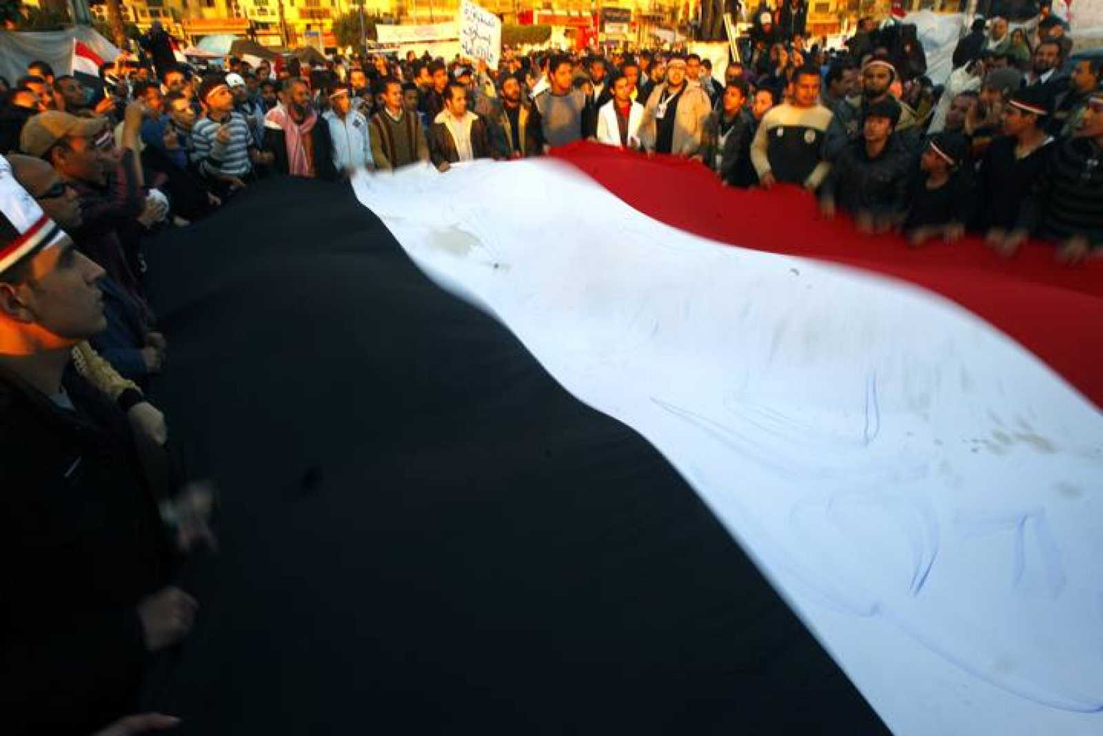 Manifestantes celebran la noticia de la posible retirada de Mubarak en la plaza Tahrir.