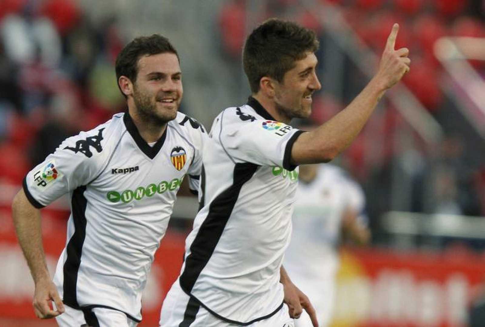 Los jugadores del Valencia, Pablo y Mata, celebran un gol.