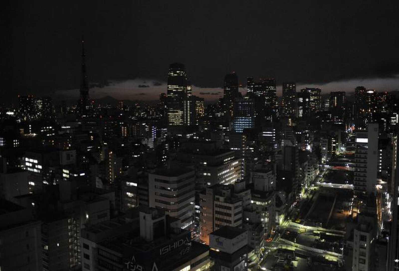Aspecto de Tokio antes del apagón. Los habitantes han apagado las luces para ahorrar energía