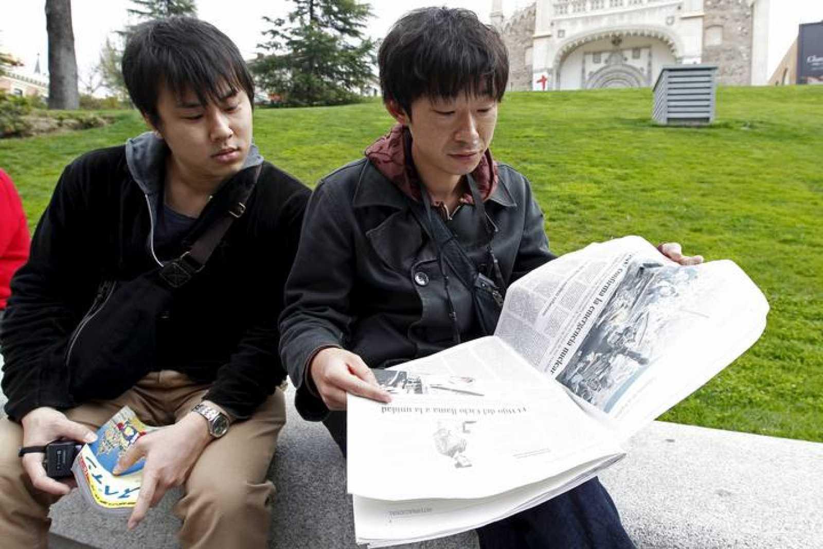 Varios turistas japoneses que han visitado el museo del Prado de la capital, siguen a través de la prensa española las noticias de su país.