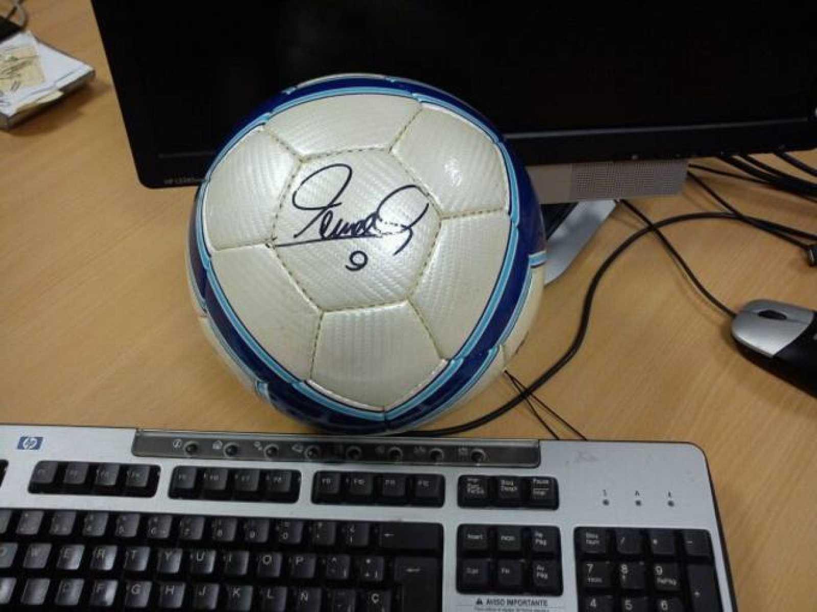 Un balón firmado por Torres espera al acertante de la 'porra'