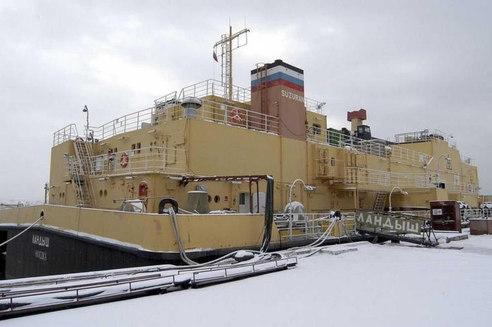 La planta flotante para el tratatamiento de agua contaminada Suzuran, amarrada en Vadivostok