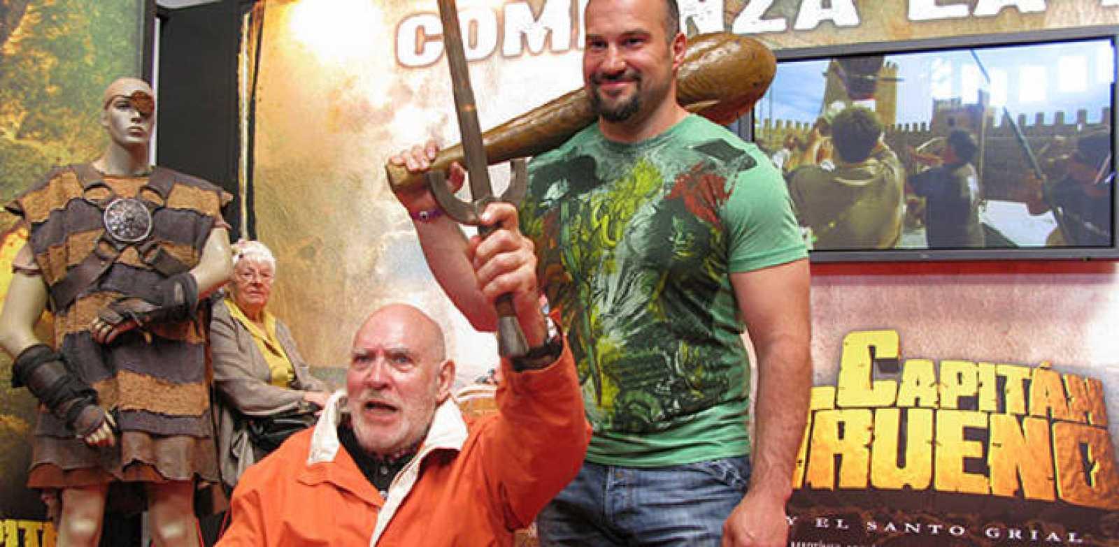 Víctor Mora y Manolo Martínez en el stan de 'Capitán Trueno'en el Salón del cómic