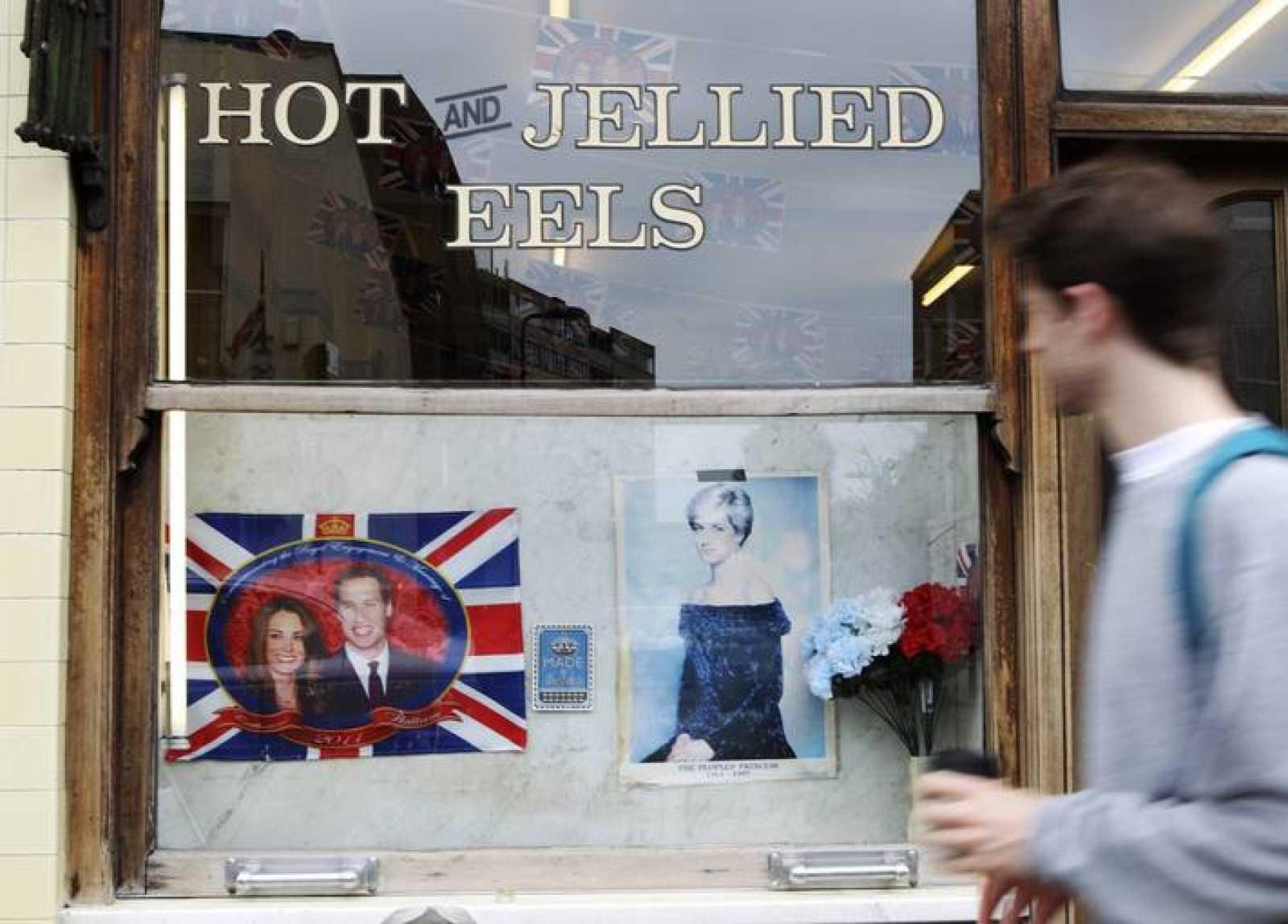 Los novios comparten protagonismo con una fotografía de Diana