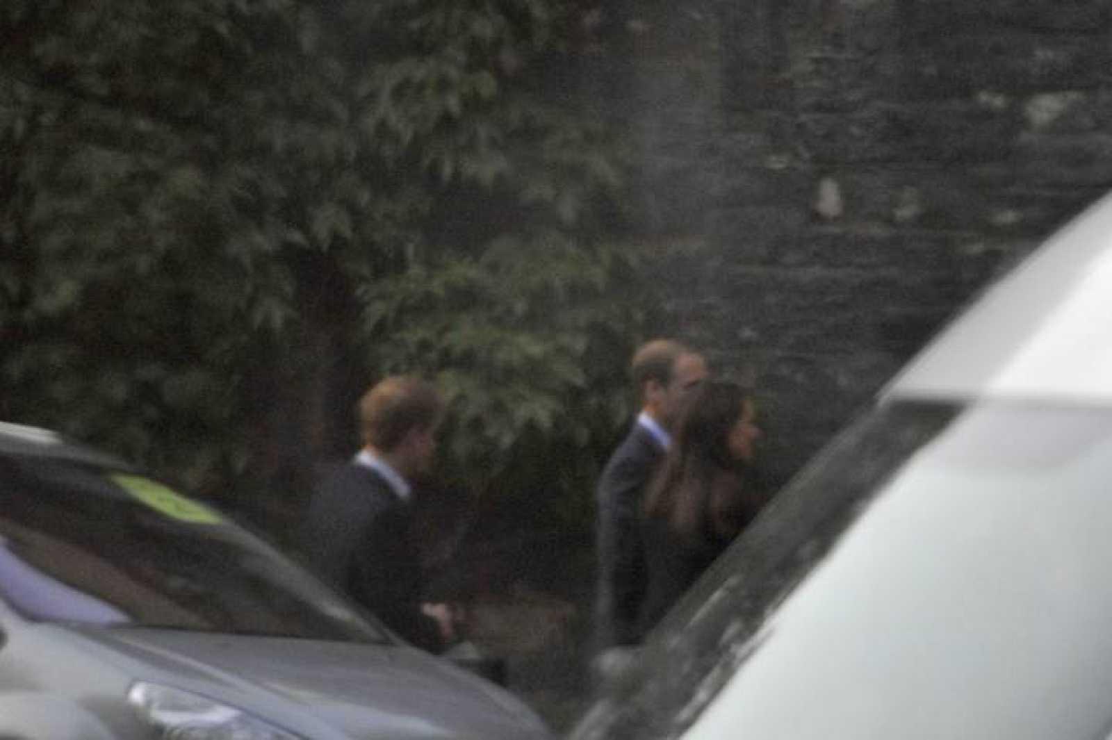El príncipe Guillermo y Kate Middleton a su llegada a la abadía de Westminster para hacer el ensayo de la boda