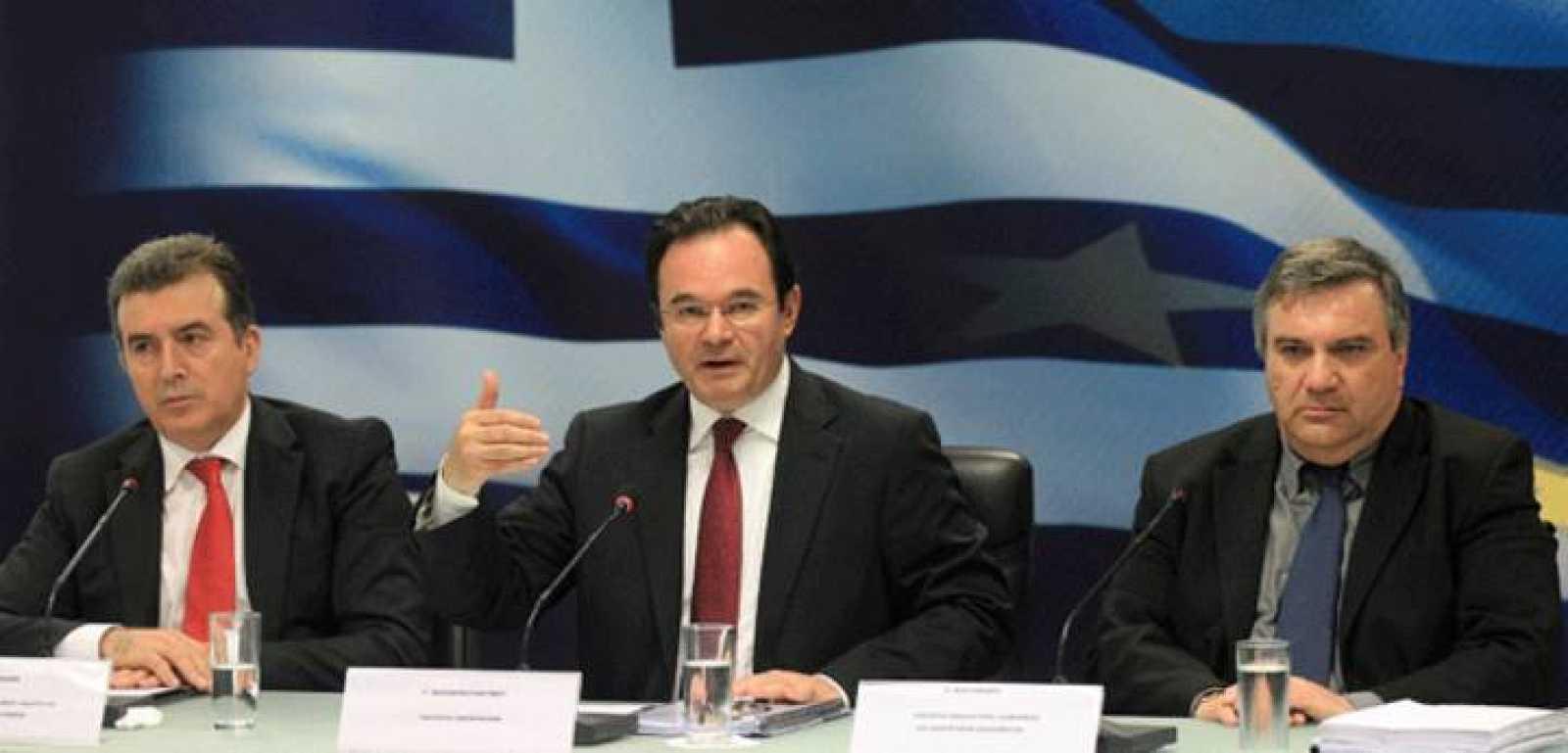 De izquierda a derecha, el ministro de Desarrollo regional, Michalis Chrysochoidis, el ministro griego de Finanzas, George Papaconstantinou y el ministro de Justicia, Haris Kastanidis
