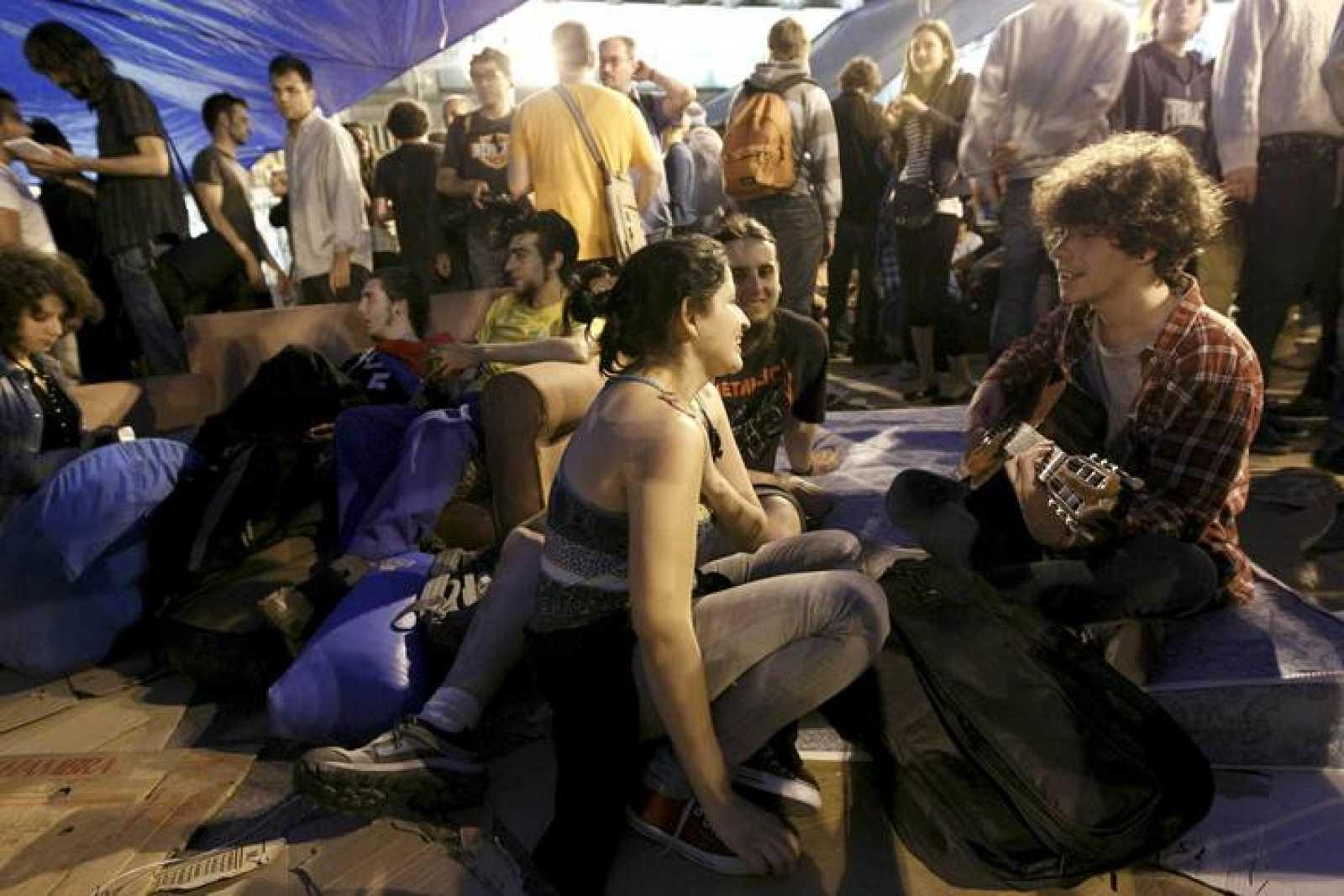 MILES DE CONCENTRADOS EN LA PUERTA DEL SOL, CON AMPLIA PRESENCIA POLICIAL