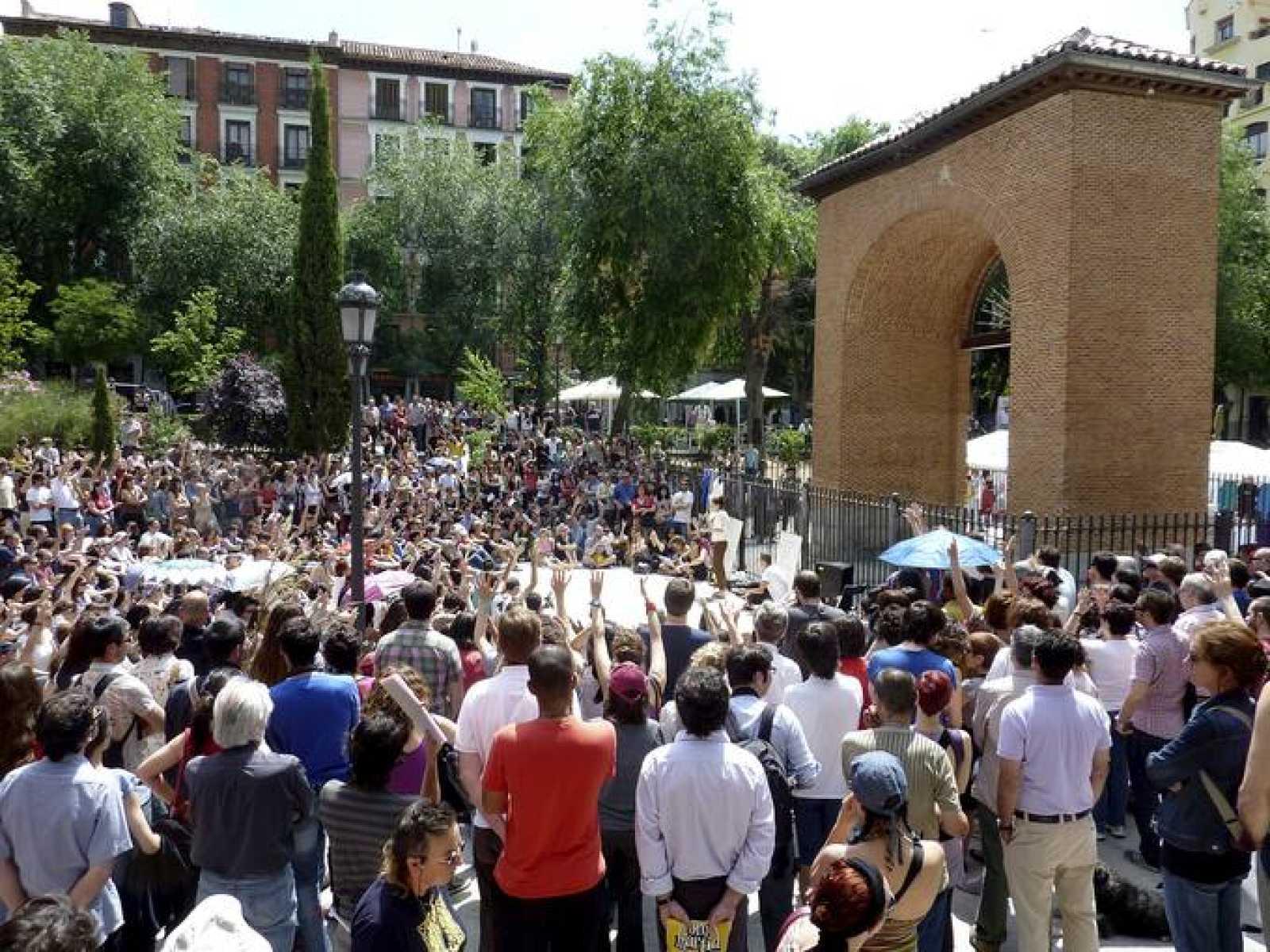 ASAMBLEA EN LA PLAZA DEL DOS DE MAYO DE MADRID