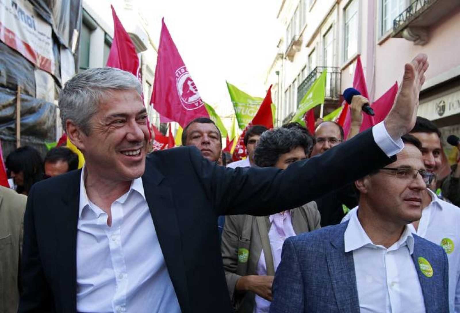 Portugal's Socialist candidate and caretaker Prime Minister Jose Socrates waves to his supporters during the electoral campaign in Santarem