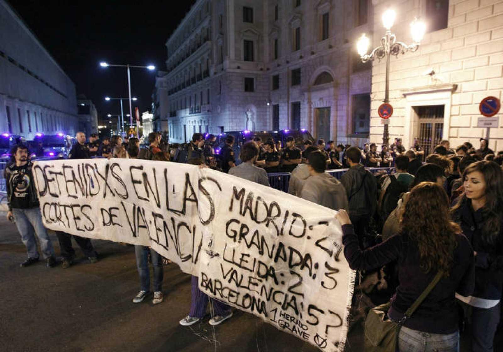 """Los """"indignados"""" de Madrid han vuelto a concentrarse en el Congreso de los Diputados en solidaridad con los compañeros de Valencia."""