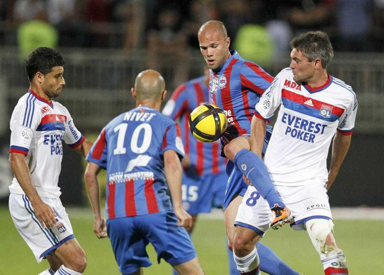 Toulalan (derecha) en un partido de esta temporada con el Olympique de Lyon