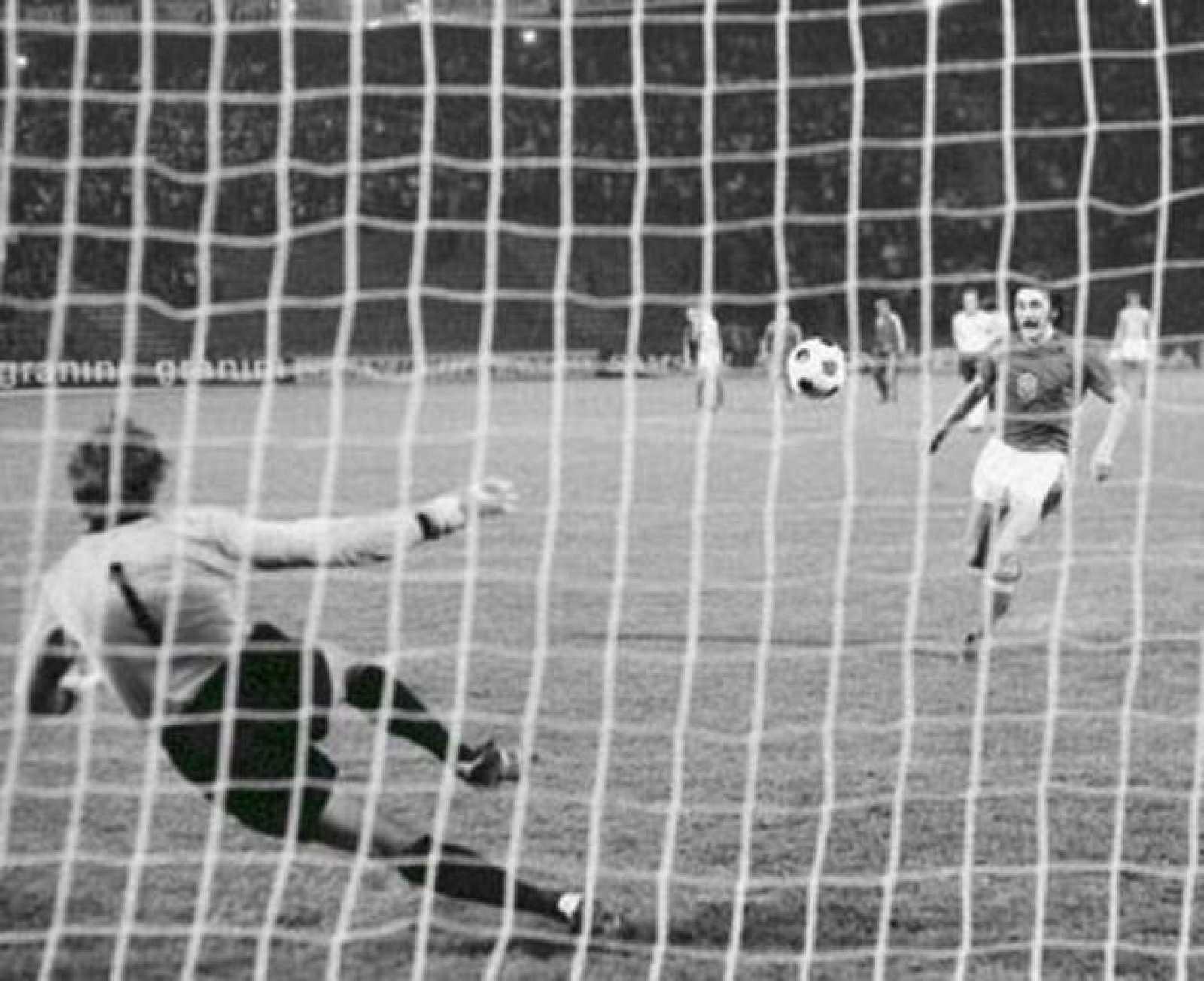 Panenka tirando su penalti en la final de la Eurocopa de 1976 ante Alemania Federal.