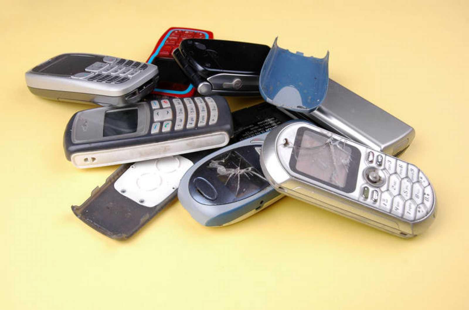 Los móviles desechados suelen acabar en un cajón o en la basura, casi nunca se reciclan adecuadamente