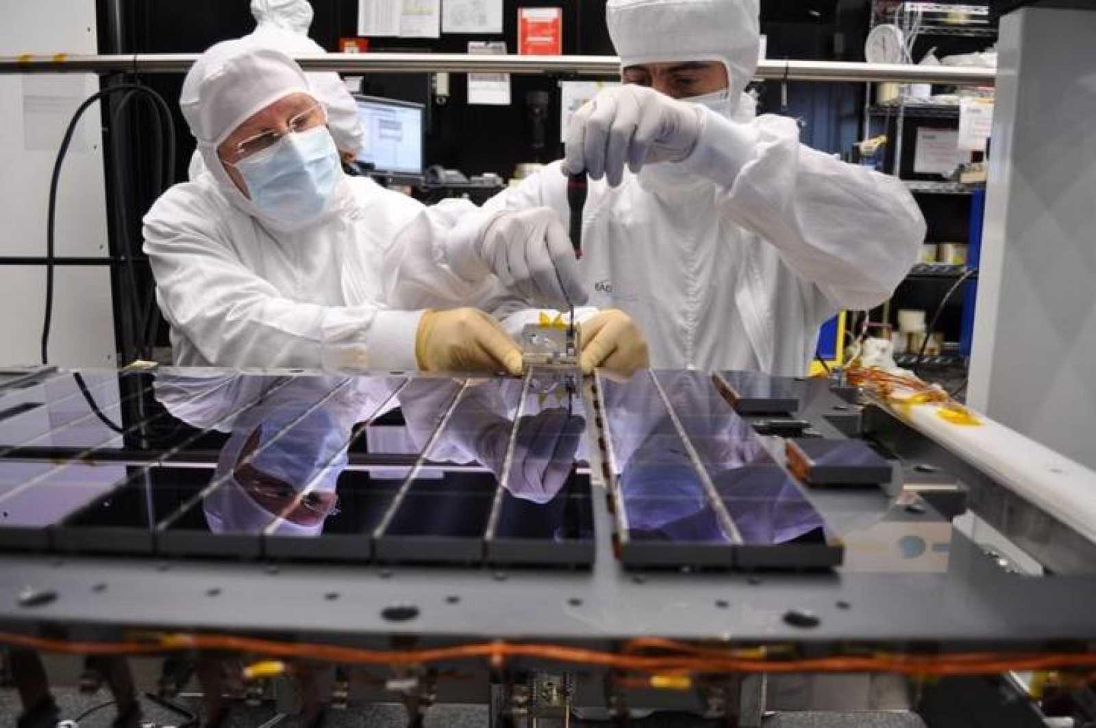 Técnicos realizan el esamblamiento de los dispositivos electrónicos