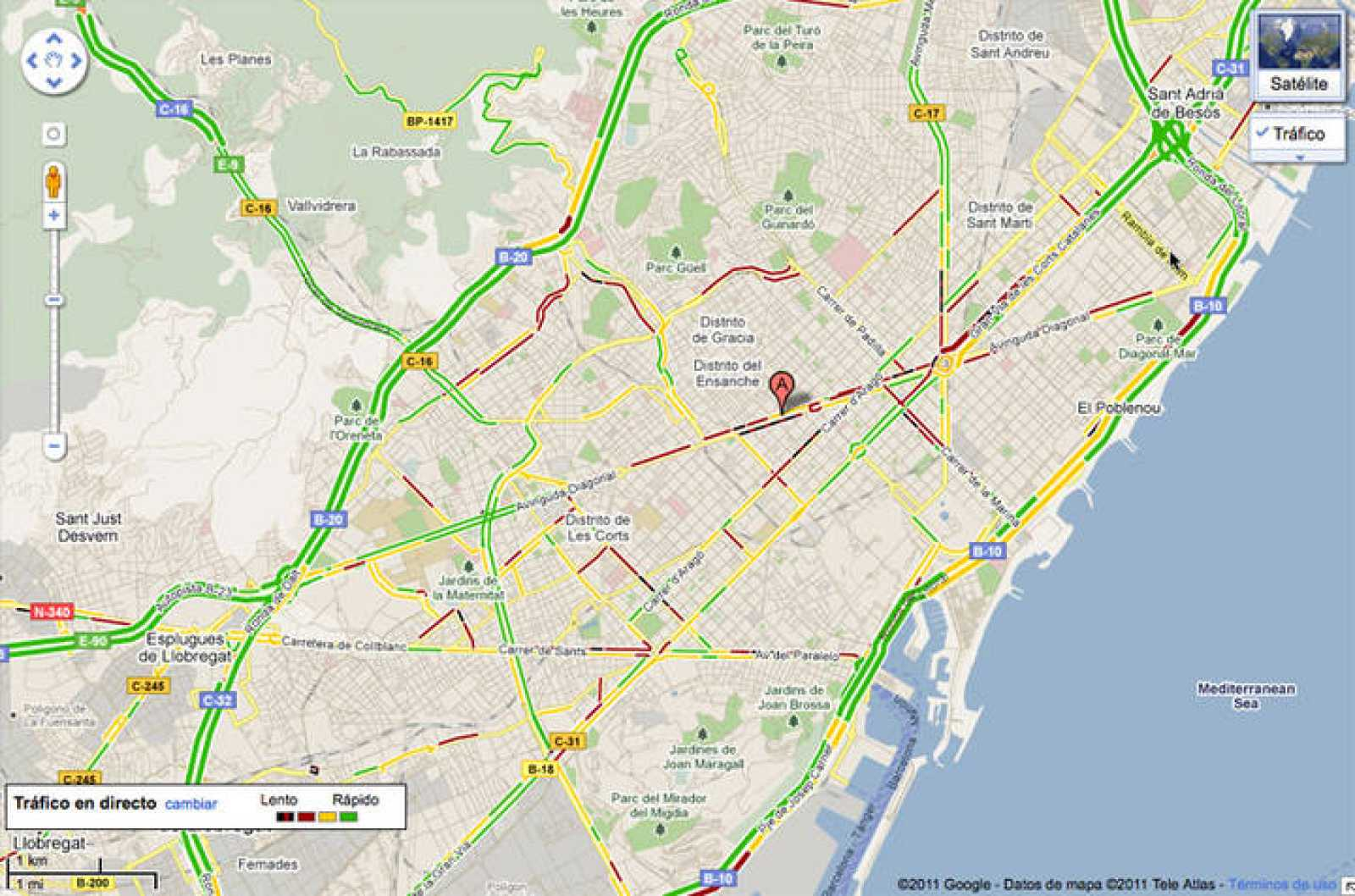 Se muestran los niveles de tráfico en las principales vías en una capa superpuesta de color verde, rojo o negro (rápido, lento o 'gran atasco').