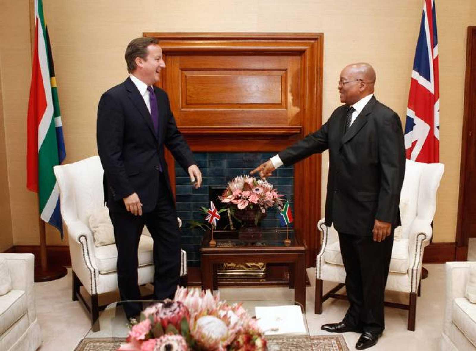 El primer ministro británico, David Cameron, junto al presidente de Sudáfrica, Jacob Zuma, este lunes en Pretoria