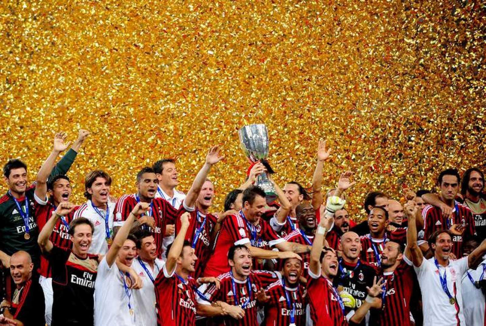 Los jugadores del AC Milan celebran la Supercopa lograda en Pekín frente al Inter.