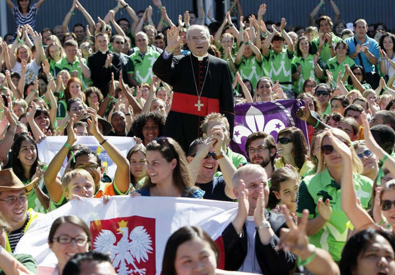 El cardenal y arzobispo de Madrid, Antonio María Rouco (c), rodeado de jóvenes tras oficiar una misa de acogida a los miles de voluntarios nacionales e internacionales.