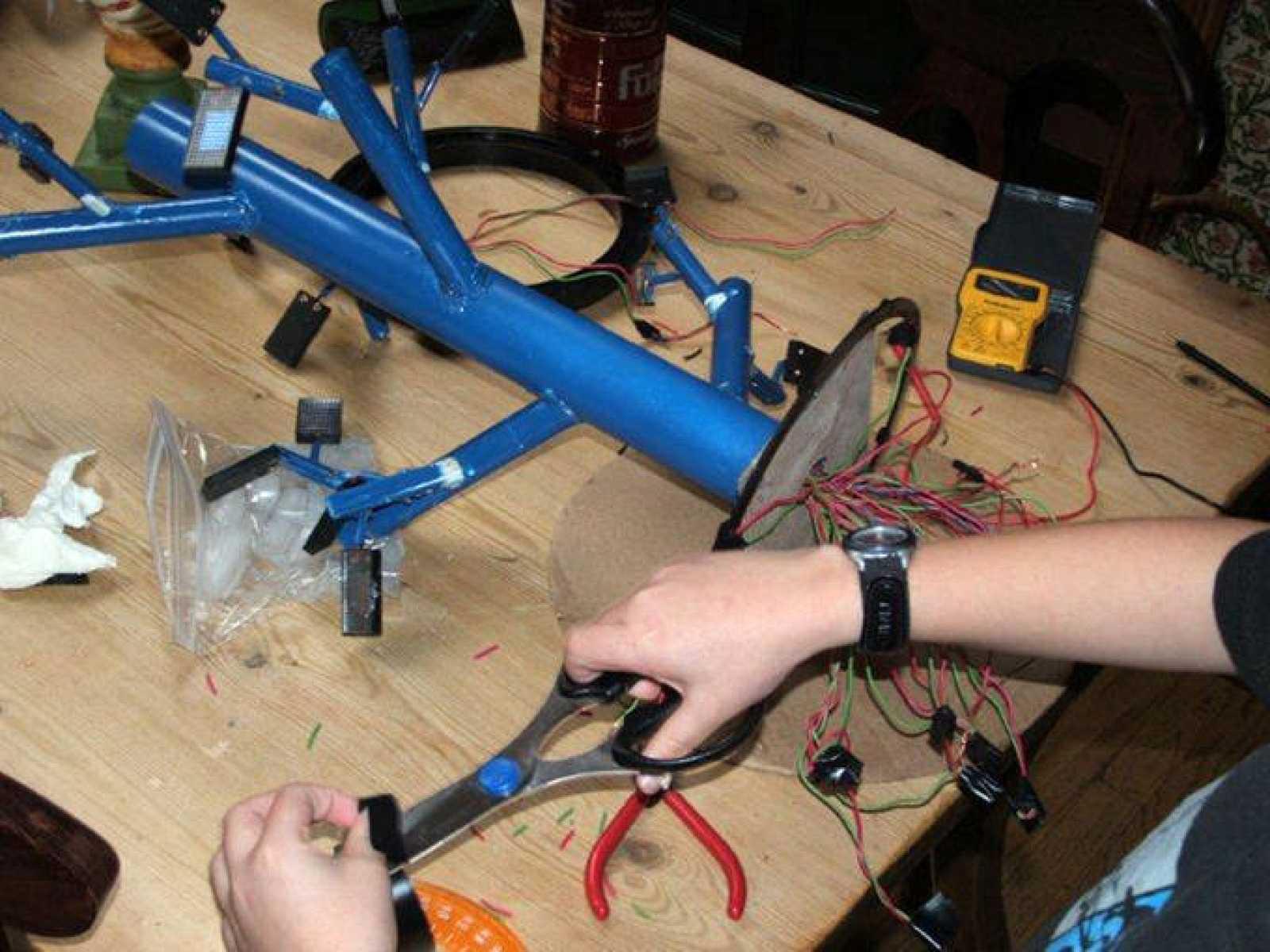 Un niño de 13 años crea un sistema que mejora la energía solar en un 20%