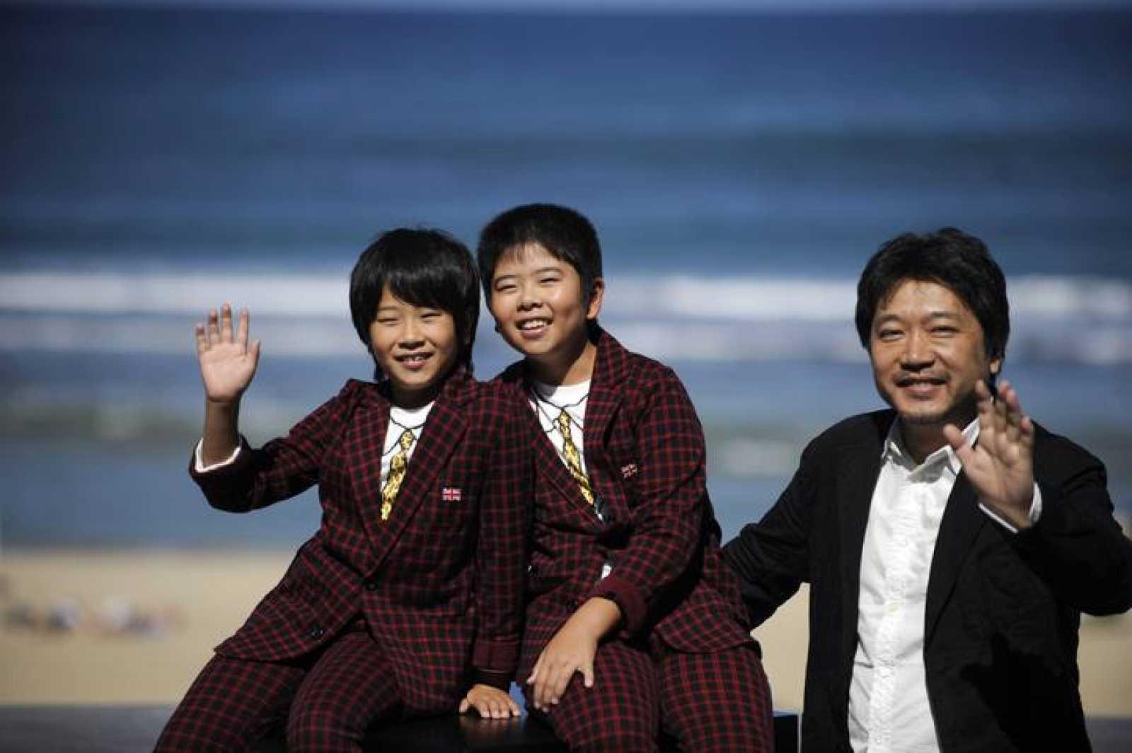 Los hermanos Oshiro y Koki Maeda con el director Hirokazu Kore-eda