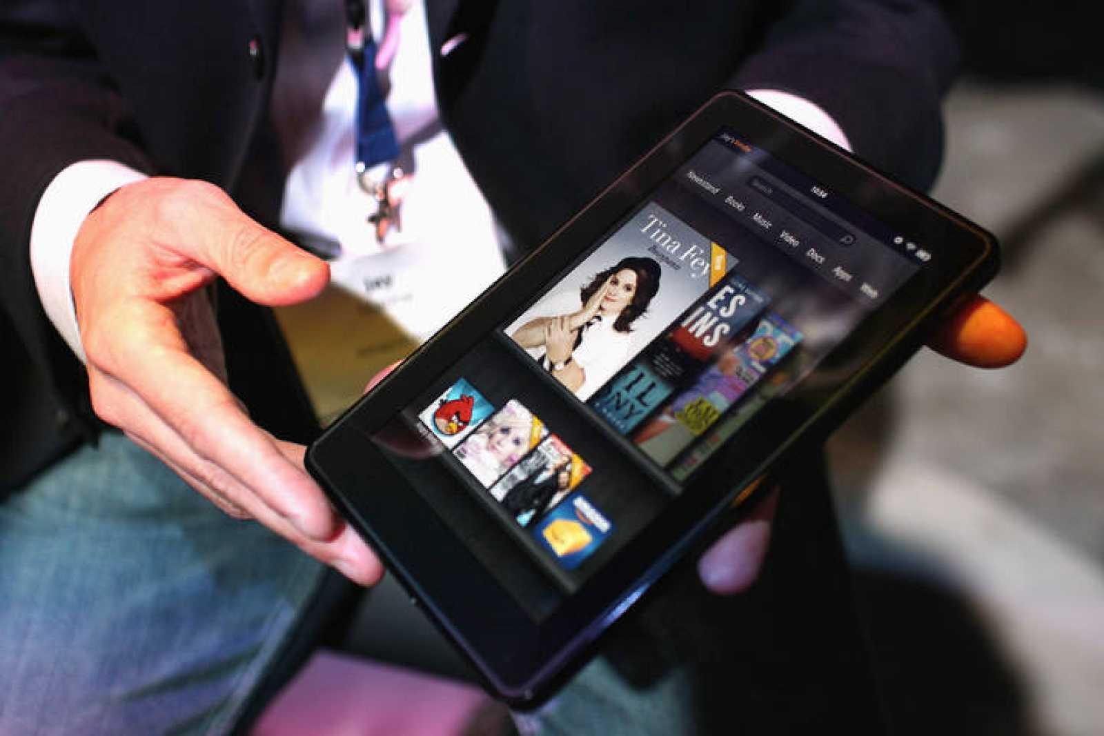 El Kindle Fire, es una versión mejorada del libro electrónico Kindle, aunque con pantalla táctil a color.