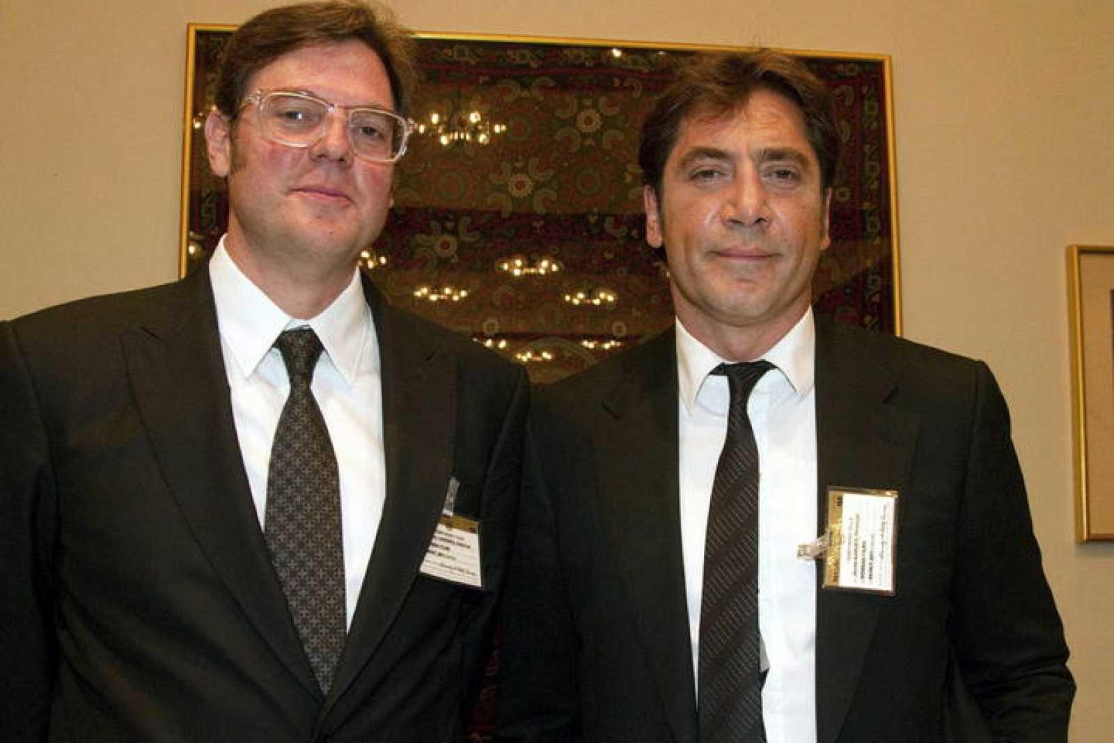 El actor español Javier Bardem y el realizador Álvaro Longoria posan durante una rueda de prensa sobre la situación actual del Sahara Occidental.