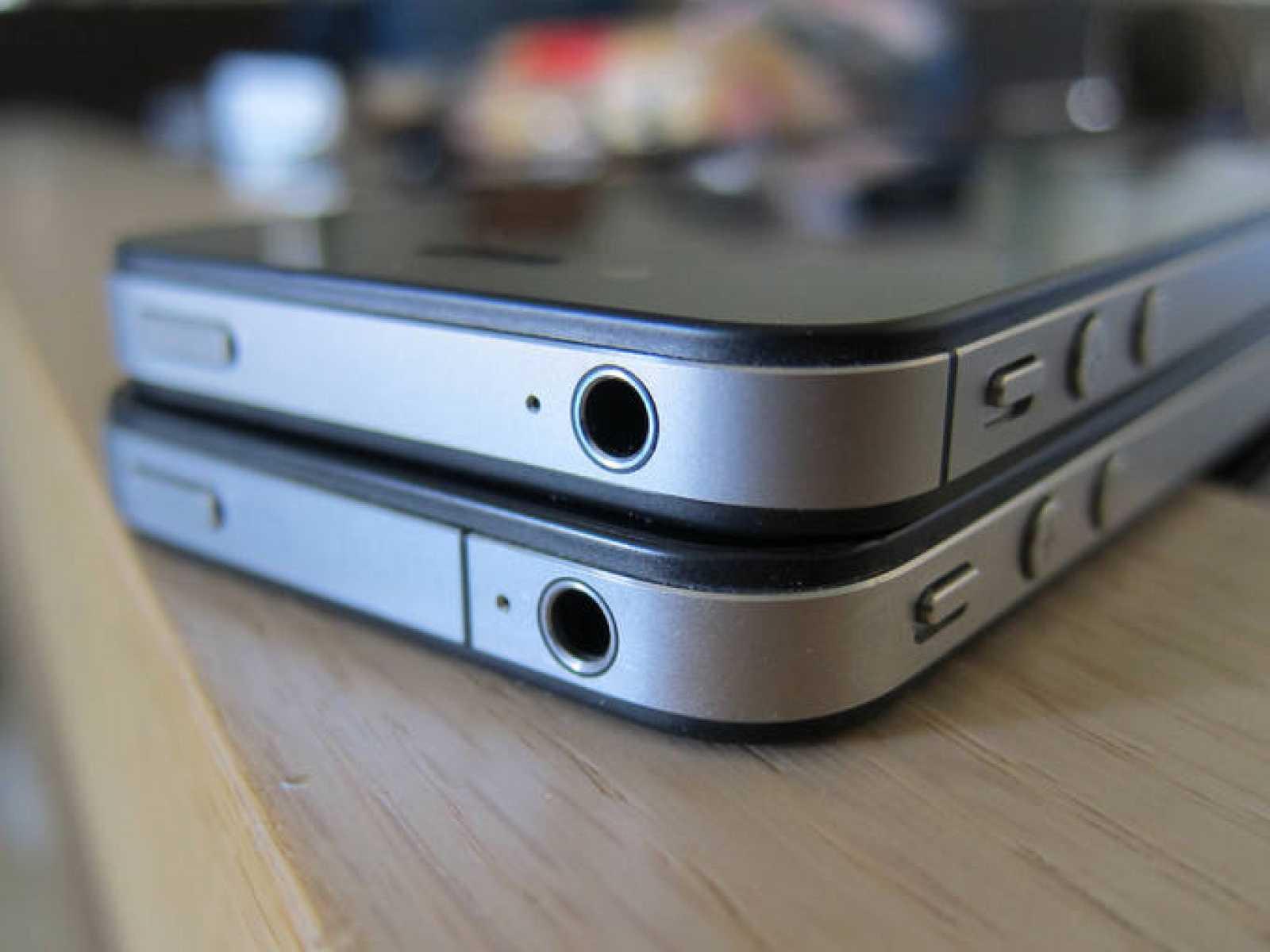 Físicamente, el iPhone4 y el iPhone 4S (arriba) son casi idénticos, salvo por las marcas negras que delimitan las antenas del teléfono
