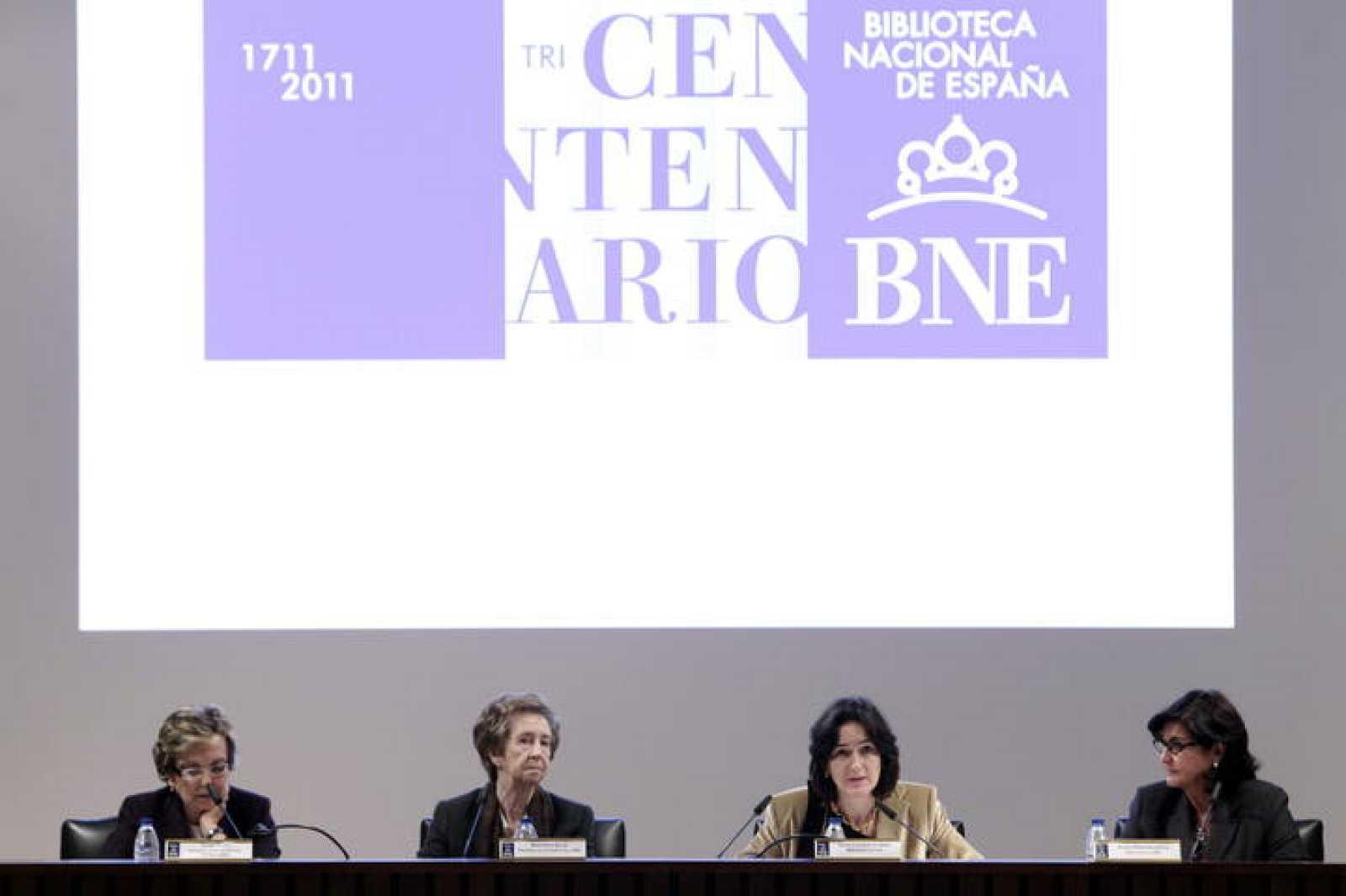 La presidenta de Acción Cultural Española, Charo Otegui; la presidenta del patronato de la Biblioteca Nacional de España, Margarita Salas; la ministra de Cultura, Ángeles González-Sinde; y la directora de la BNE, Glòria Pérez Salmerón, durante durant
