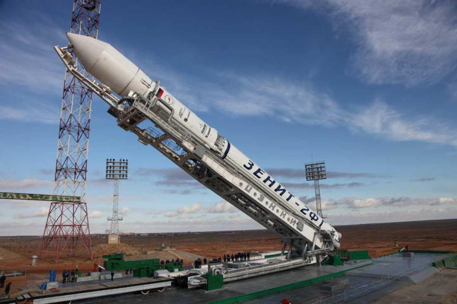 El lanzador Zenit-2 siendo erigido en Baikonur