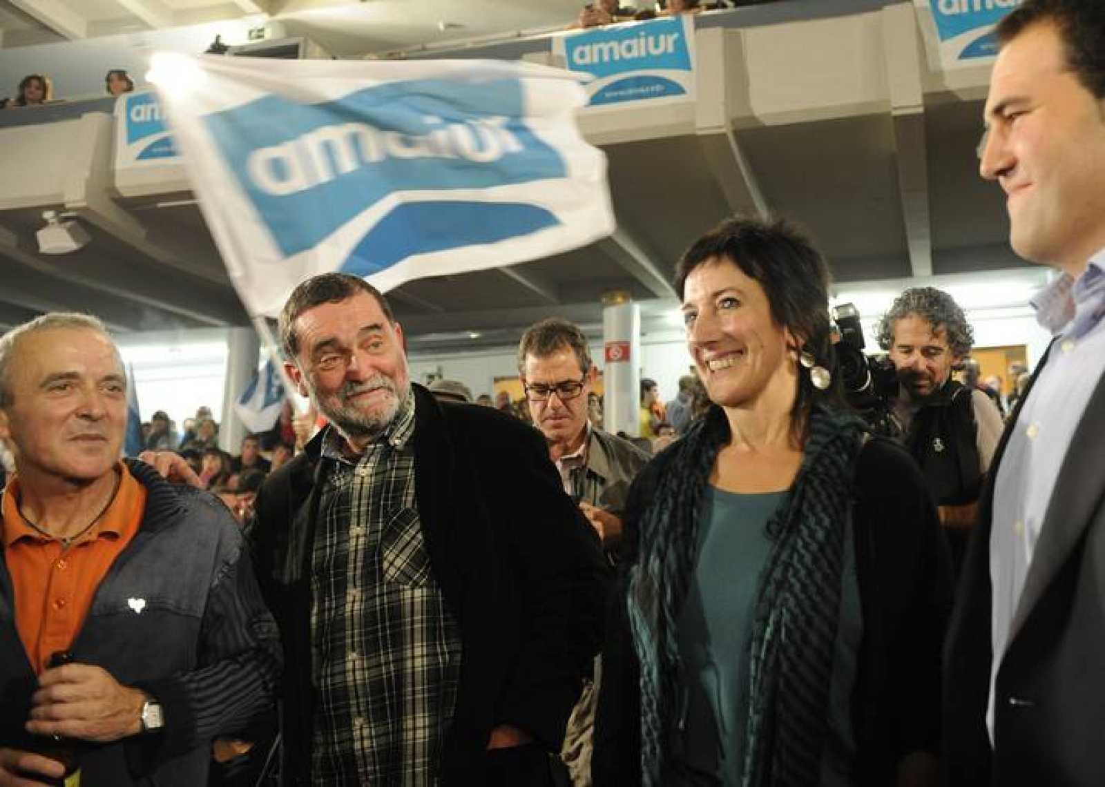 Los candidatos de Amaiur Sabino Cuadra, Iñaki Antigüedad y Maite Aristegi celebran el resultado electoral de su coalición.