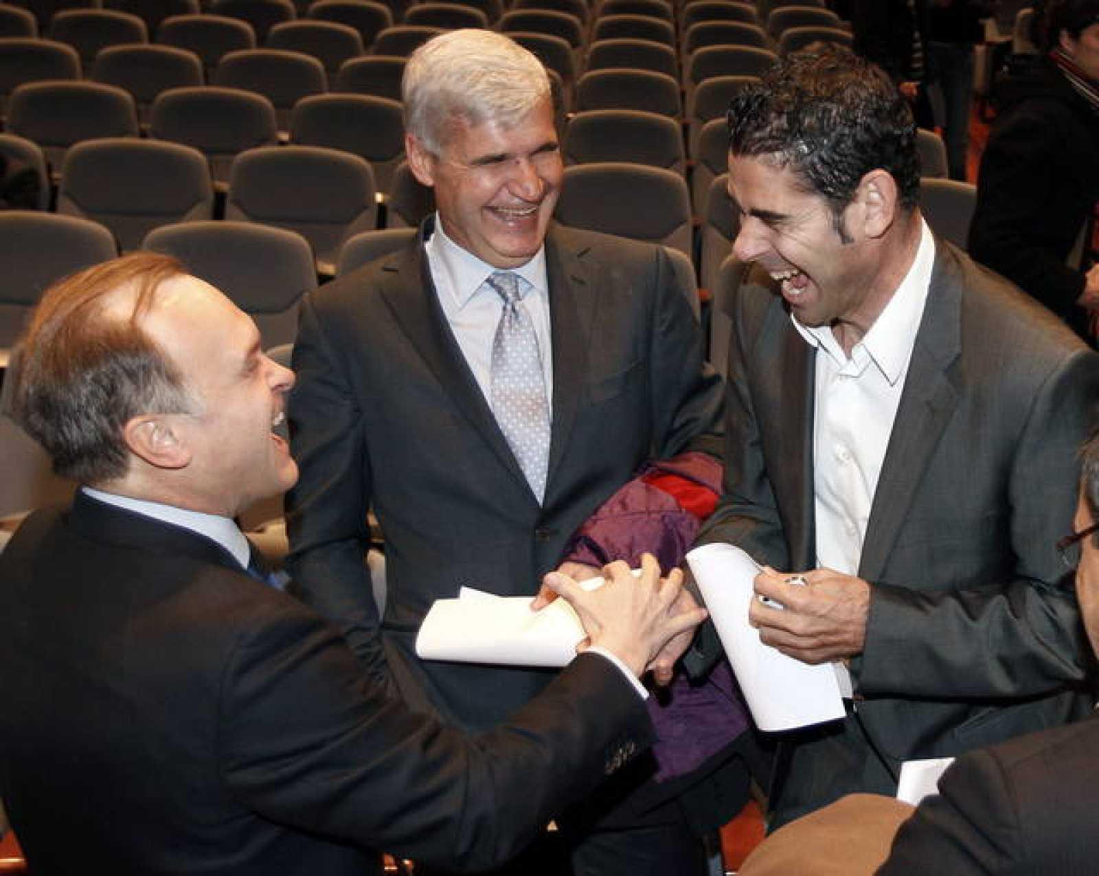 El director de Fútbol del Real Madrid, Miguel Pardeza (i), y el director deportivo del Málaga, Fernando Hierro (d), conversan junto a Pere Gratacós, del Barcelona.