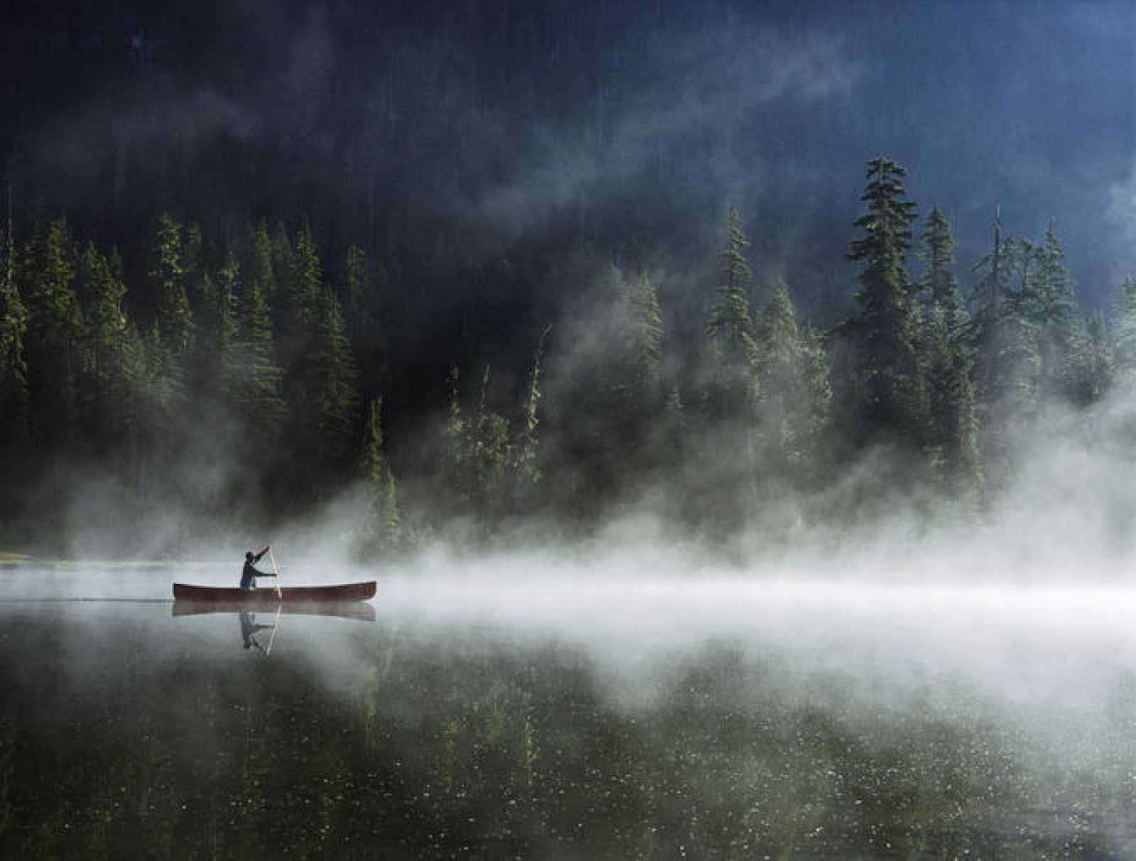 La niebla es muy frecuente en los lagos, sobre todo en otoño, cuando el agua de las superficie aún mantiene el calor del verano. Sobre este agua se desliza una masa de aire más frío, que condensa el vapor de agua presente en la zona y forma la niebl
