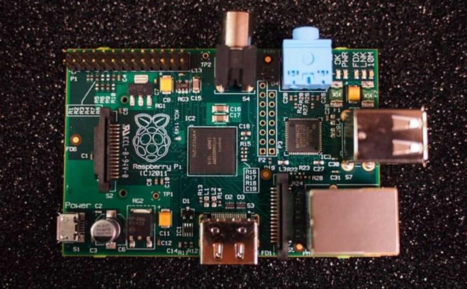 La placa principal no contiene más que la CPU, algo de memoria y unas cuantas conexiones para comunicarse con el mundo exterior