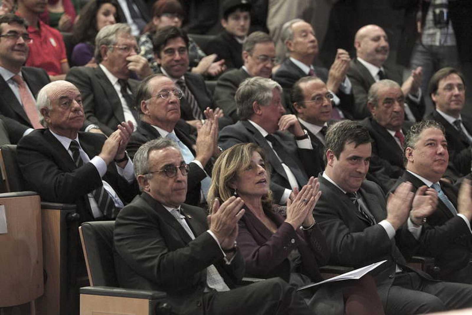 Alejandro Blanco, presidente del COE y de la candidatura de Madrid 2020, junto a alcaldesa de Madrid, Ana Botella, y al secretario de Estado para el Deporte, Miguel Cardenal (2d, abajo). Detrás, patrocinadores de la candidatura Madrid 2020.