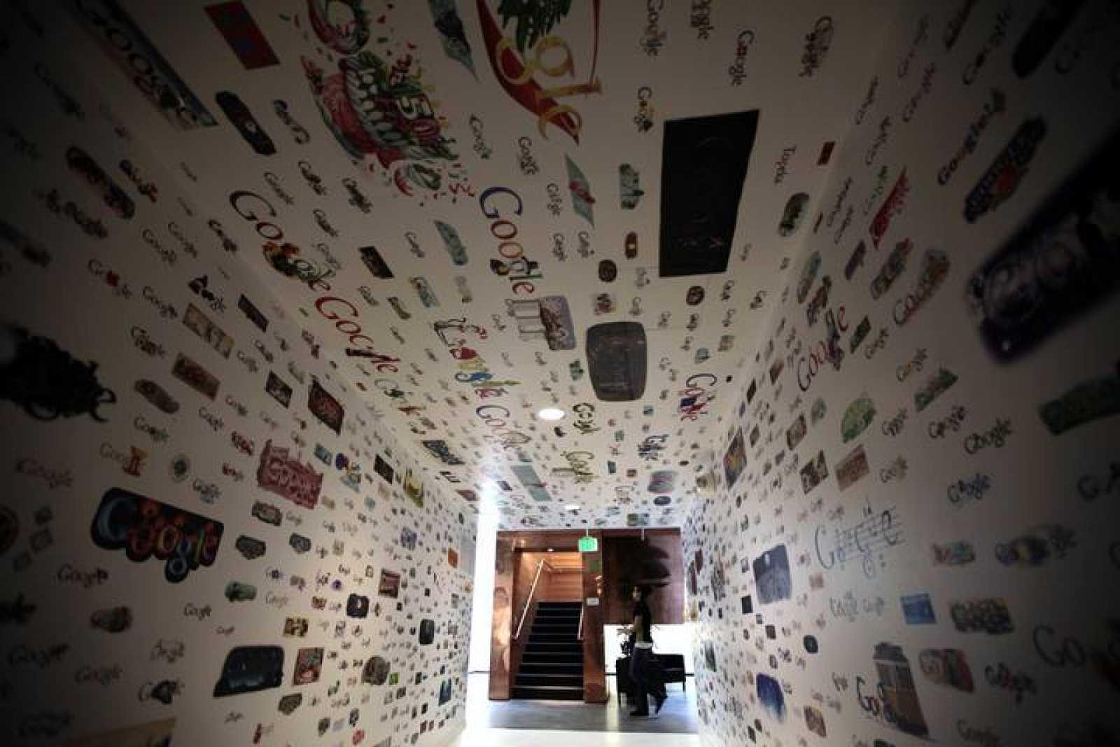 Un túnel con los logos de Google en el Campus de la compañía en Los Ángeles
