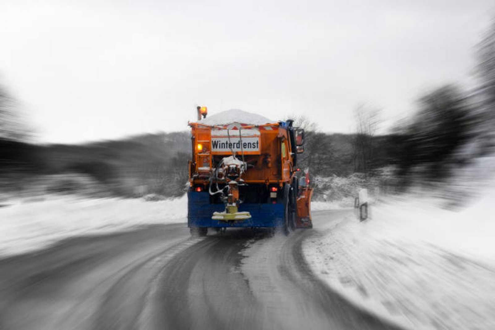 La mezcla de agua con sal se congela a los -21ºC y permite mantener las carreteras sin nieve