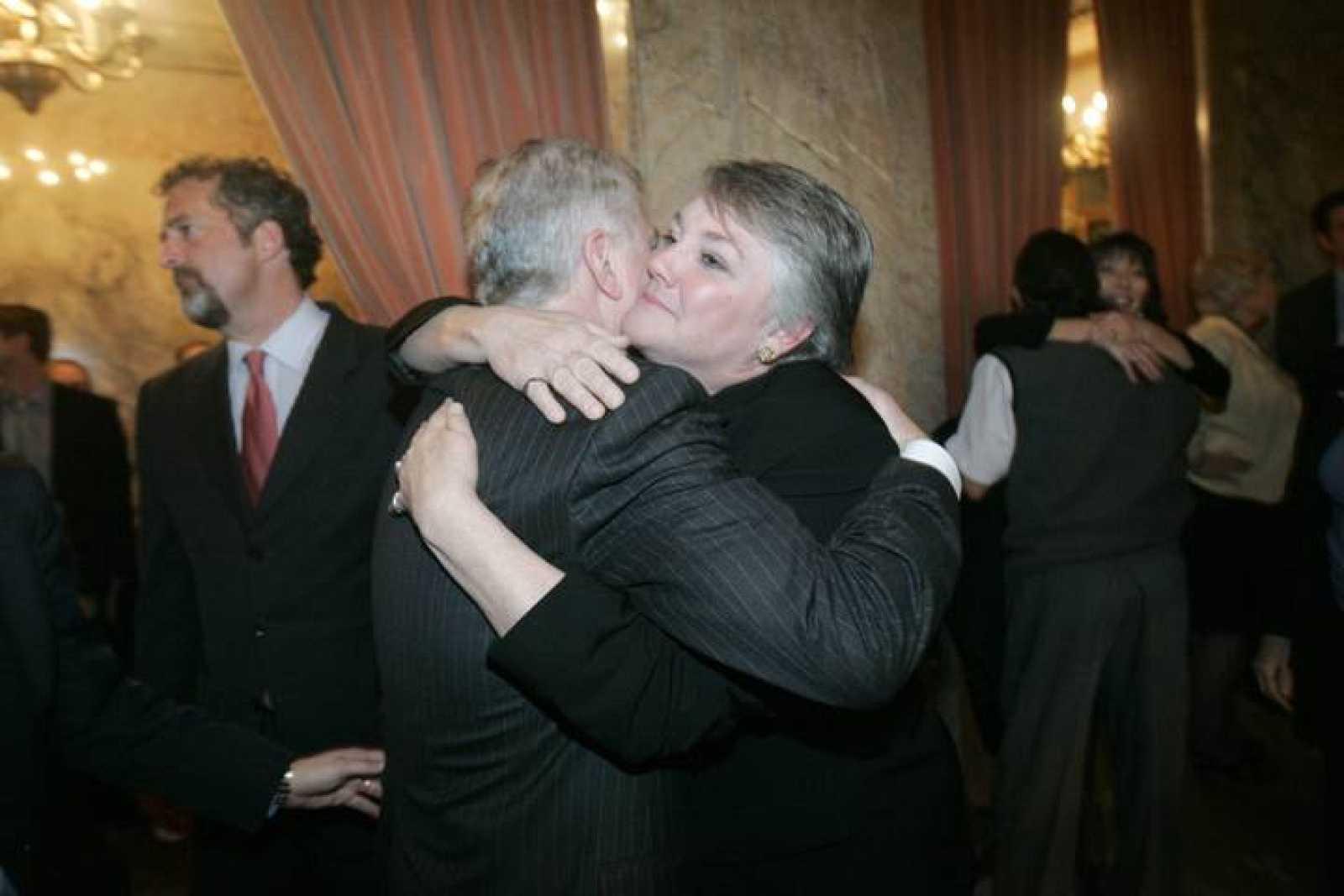 El senador Ed Murray es felicitado por la representante republicana Maureen Walsh.