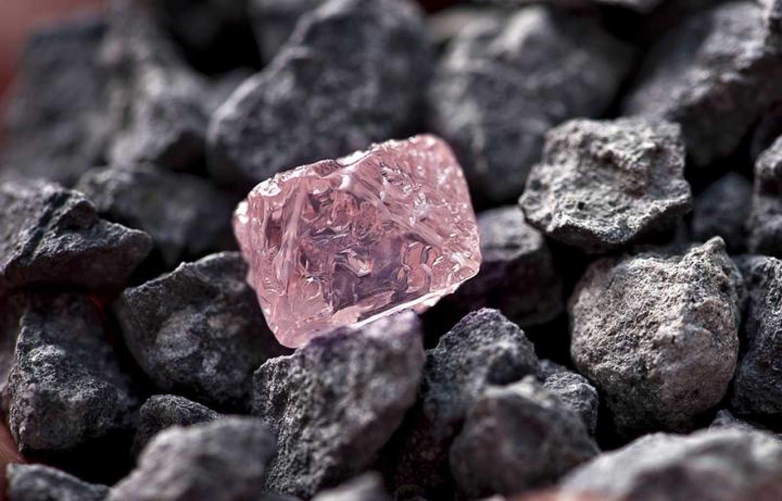 Es el mayor diamante rosa en bruto descubierto hasta ahora en una mina de Australia, de 12,76 kilates y que puede alcanzar un precio próximo a los 10,5 millones de dólares