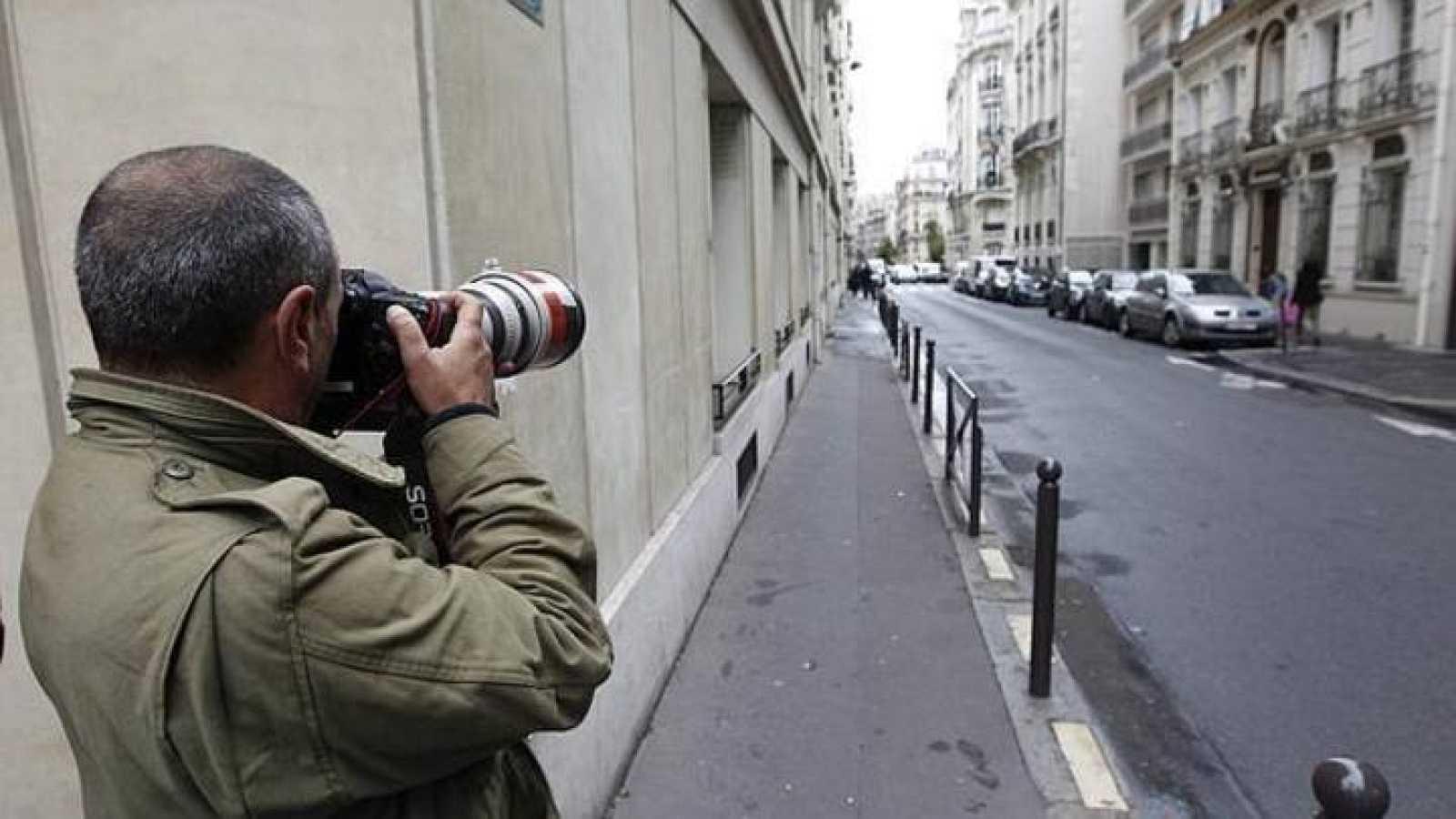 Un detective toma fotografías.